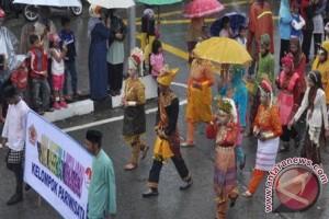 Cuaca panas peserta karnaval di Lhokseumawe kelelahan