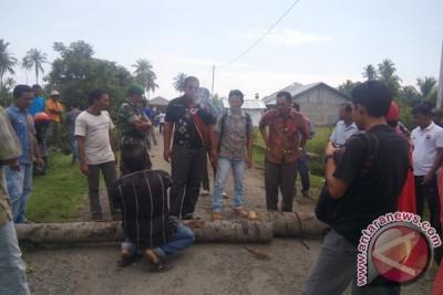 Warga Blokade Pantai Wisata Aceh Barat