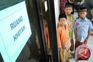 Pemkab Aceh Jaya gelar khitan massal