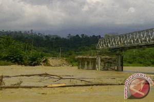 Warga Nagan Raya Terkurung Akibat Jembatan Putus
