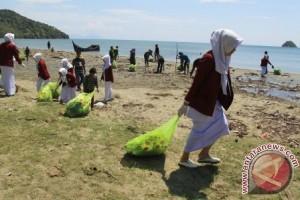 Lanal Sabang bersama ratusan warga bersihkan pantai