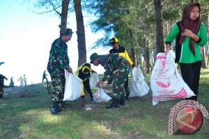 TNI bersihkan pantai wisata Nagan Raya