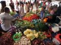 Tim gabungan Satgas Pangan, memantau harga kebutuhan dapur saat lakukan sidak pasar tradisional Lhokseumawe, Aceh (19/5). Hasil pemantauan tim gabungan Satgas Pangan terdiri dari Disperindag, Bulog, TNI-Polri di sejumlah pasar itu, ditemukan lonjakan harga sejumlah bahan pokok dari 10 hingga 30 persen menjelang perayaan tradisi Meugang Aceh, Ramadan dan Lebaran. (ANTARA FOTO/Rahmad)