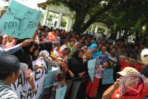 Ratusan nelayan Aceh Barat minta rekannya dibebaskan