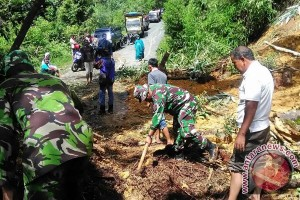 Lintas Nagan Raya-Aceh Tengah tertimbun longsor