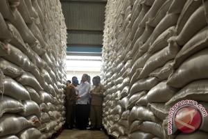 Bulog: persediaan beras cukup