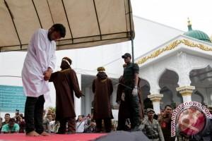 Sepuluh pelanggar syariat islam dicambuk