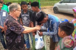 Wartawan Aceh bagikan daging untuk yatim-fakir