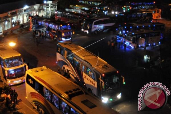 Arus mudik - Calon penumpang bus melonjak di Langsa