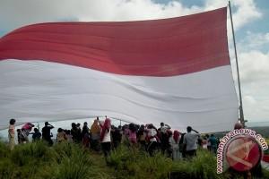 Merah Putih raksasa berkibar di puncak Lembah Sabil