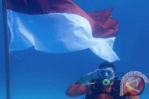 Penyelam kibarkan bendera di laut Pulau Banyak