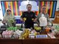 Kepala Balai Pengawasan Obat dan Makanan (BPOM) Aceh, Zulkifli (tengah) didampingi stafnya menggelar barang bukti produk ilegal berupa produk obat impor Tanpa Izin Edar (TIE) mengandung bahan kimia berbahaya di Banda Aceh, Selasa (12/9). Hasil operasi pengawasan  di sejumlah kabupaten/kota wilayah Aceh, BPOM menyita sebanyak 4.072 pcs kosmetik dan sebanyak 319 pcs obat tradisional produk luar negeri yang diduga di impor ke Aceh melalui Medan. (ANTARA Aceh/Ampelsa)
