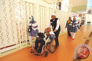 Seorang jamaah haji sakit tiba di Aceh