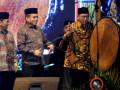 Menteri Agama Lukman Hakim Saifuddin (kanan) didampingi Gubernur Aceh Irwandi Yusuf (tengah) menabuh rapai pada pembukaan pentas Pendidikan Agama Islam (PAI) ke-VIII tingkat nasional di Taman Ratu Safiatuddin, Banda Aceh, Aceh, Senin (9/10/2017). Pentas PAI ke VIII yang perdana dilaksanakan di luar pulau Jawa diikuti 1.200 peserta dari 34 provinsi di Indonesia, dan berlangsung hingga 14 oktober mendatang. (ANTARA FOTO/Irwansyah Putra/kye)