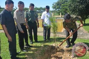 Polisi tanam pohon pinus di Abdya