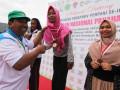 Wakil Ketua Panitia Pertandingan, Anwar Thaib (kiri) menyerahkan medali emas secara simbolis kepada atlet panahan putri Jawa Timur Bunga Arbela (kedua kanan) dan medali perak kepada atlet putri Jambi Nesthia Maryani (tidak hadir) dan medali perunggu kepada atlet Bali, Bucika Dinda Zahrevi (tidak hadir) pada penutupan Kejurnas Panahan tahun 2017 di Banda Aceh, Rabu (8/11). Kejurnas Panahan 2017 yang diikuti 22 provinsi tersebut, Jawa Timur berhasil menduduki peringkat pertama dengan perolehan sebanyak 11 medali emas, 2 perak, 4 perunggu, disusul DI Yogyakarta, 5 emas, 2 perak, 3 perunggu dan DKI Jakarta, 4 emas, 4 perak dan 2 pe   runggu. (ANTARA FOTO/Ampelsa/aww/17)