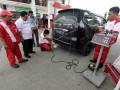 Tim khusus PT Pertamina (persero) dan PT Dunia Barusa melakukan uji emisi gas buang kendaraan bermotor di SPBU Aneuk Galong, Aceh Besar, Aceh, Kamis (9/11). Uji emisi dilakukan untuk mengurangi gas buang kendaraan bermotor yang saat ini masih berkisar 70 persen lebih menjadi penyumbang pencemaran lingkungan hidup terutama di kota-kota besar. (ANTARA FOTO/Irwansyah Putra/aww/17)
