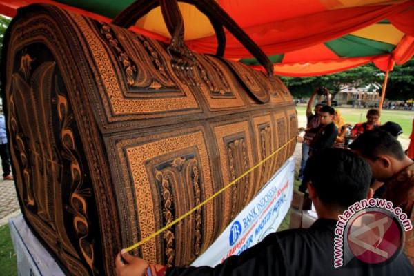 Tas raksasa motif Aceh masuk MURI
