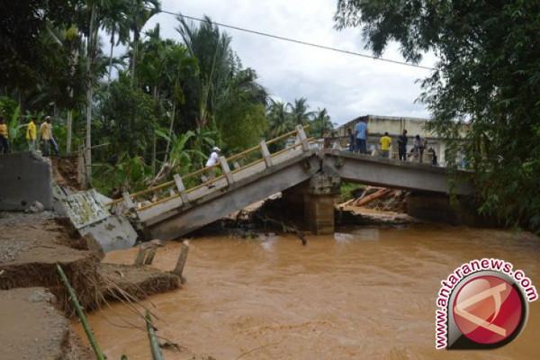 Jembatan penghubung Aceh Jaya putus diseret banjir