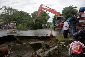 Badan jalan longsor di Aceh Selatan