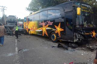 Bus - Xenia Tabrakan di Bireuen