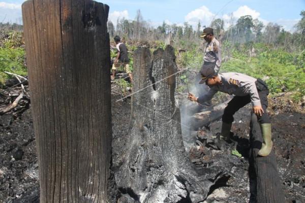 Polisi Padamkan Karhutla di Nagan Raya