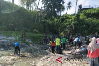 TNI angkut 10 truk sampah di lokasi wisata