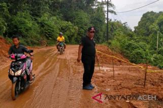 Longsor timbun jalan lintas Meulaboh - Geumpang