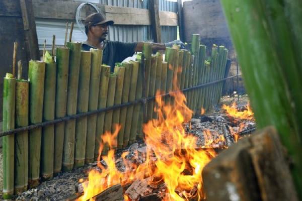 Produksi lemang bambu