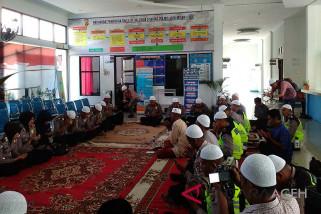 Warga binaan LP Meulaboh berdoa untuk lombok