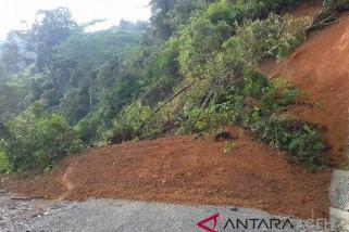 Jalan nasional Aceh Tengah putus akibat longsor