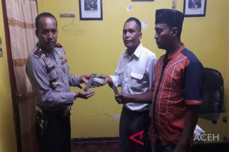 Kades serahkan senpi ke polisi Tamiang