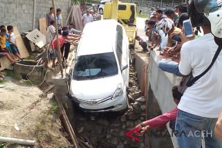 Terjebak pekerjaan proyek mobil nyemplung kolong jembatan