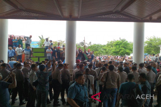 Massa KMAB bertahan di kantor Gubernur Aceh