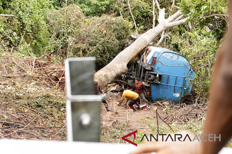 Evakuasi truk CPO masuk jurang