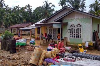 Lumpur timbun lantai rumah di Aceh Selatan