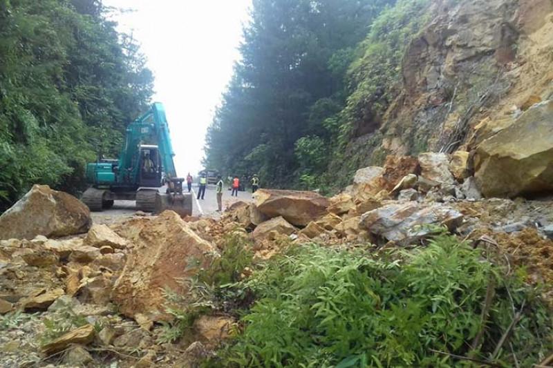 Jalan Cot Murong Sabang tertimbun tanah longsor