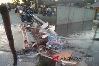 Dampak banjir, pagar SMA Singkil rubuh