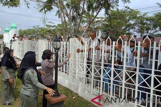 Demo kantor bupati Aceh Barat, massa rusak pagar