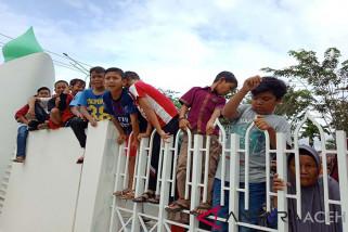 Sejumlah anak-anak ikut demo ke Kantor Bupati Aceh Barat