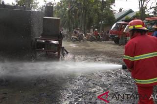 Api bakar mobil penyiram aspal cair di Aceh Barat