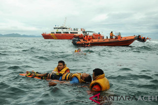 Penyelamatan krban kebakaran kapal