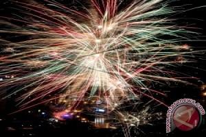 Pesta Kembang Api Warnai Natal di Ambon