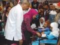 Mensos Serahkan Bantuan Warga Terlantar