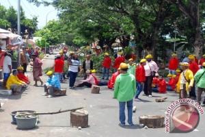 Polisi Bubarkan Massa Blokir Jalan Ke Bandara