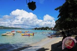 Warga Padati Lokasi Wisata Pantai Natsepa