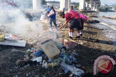 Bapedal Maluku dan Warga Bersihkan Sungai Waeruhu