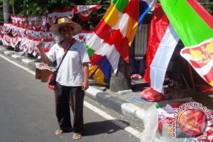 Pedagang Bendera Musiman di Ternate Raup Keuntungan