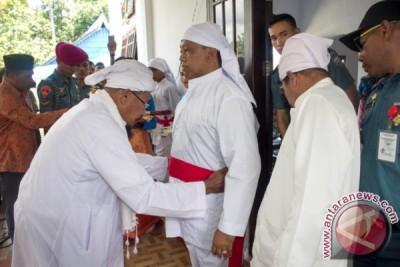 Danlantamal Ambon Terima Gelar Adat dari Warga Pelauw