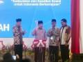 Wakil Presiden (Wapres) Jusuf Kalla (kedua kiri), didampingi Ketua Umum Pimpinan Pusat Muhammadiyah Haedar Nashir (kedua kanan), Gubernur Maluku Said Assagaff (kiri) dan Wakil Gubernur maluku Zeth Sahuburua (kanan), memukul tifa sebagai tanda penutupan Sidang Tanwir Muhammadiyah, di Ambon, Maluku, Minggu (26/2). Wapres menyatakan, Tanwir sebagai pedoman untuk mewujudkan keadilan, dan Muhammadiyah harus senantiasa membina masyarakat serta memberi semangat untuk umat agar bisa maju bersama-sama. ANTARA FOTO/Embong Salampessy/ama/17.